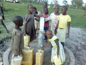 kids drawing water at Alyssa's new well in Nsozibiri